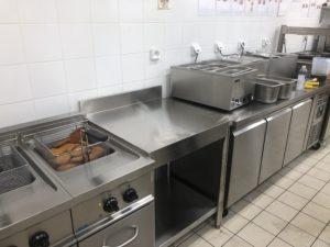 Cette image représente la réalisation d'une cuisine inox meubles réfrigérés