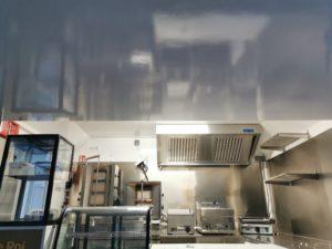 Cette image représente l'installation d'un food truck