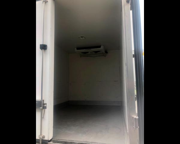 Cette image représente un camion réfrigéré à louer